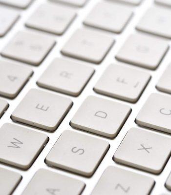 Un clavier blanc en gros plan